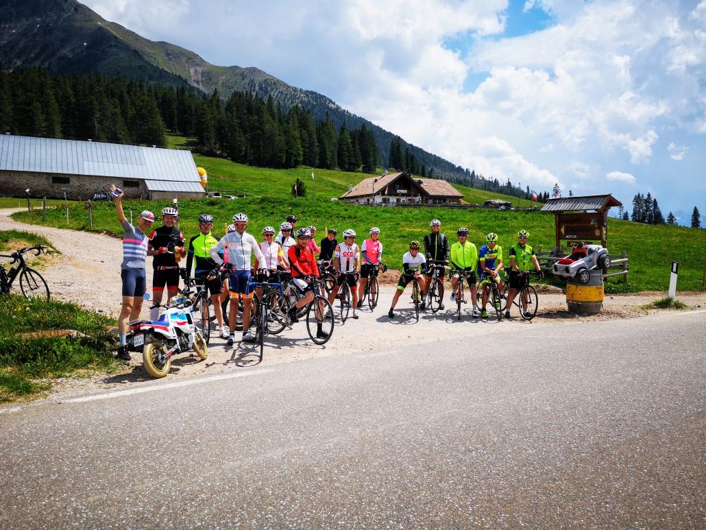 Peloton Groupé Lavaze Pass