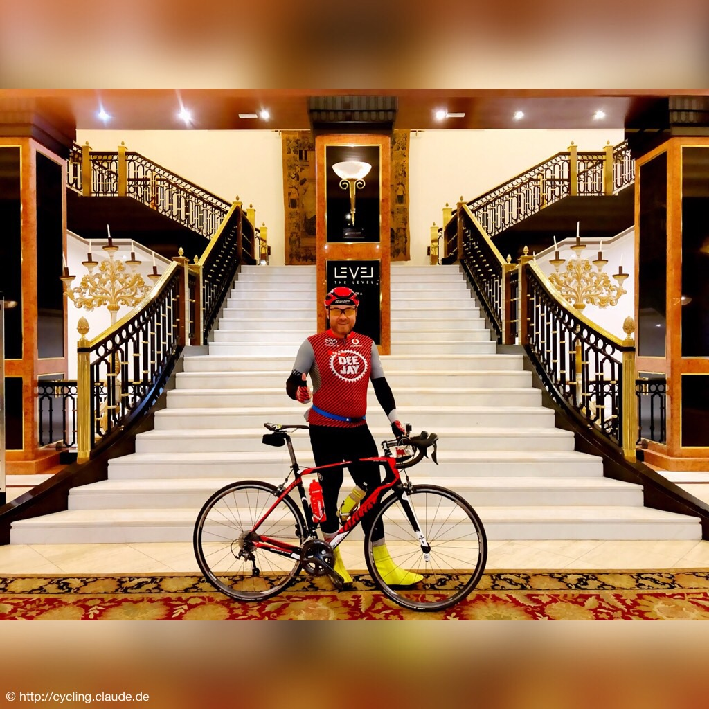 CyclingOlli in der Hotellobby mit Bike