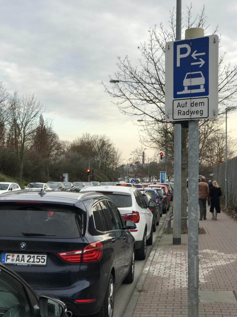 Parken auf dem Radweg erlaubt