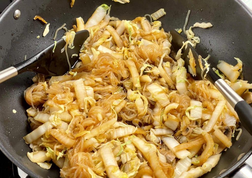 Konjak-Nudeln mit Chinakohl und Pilze