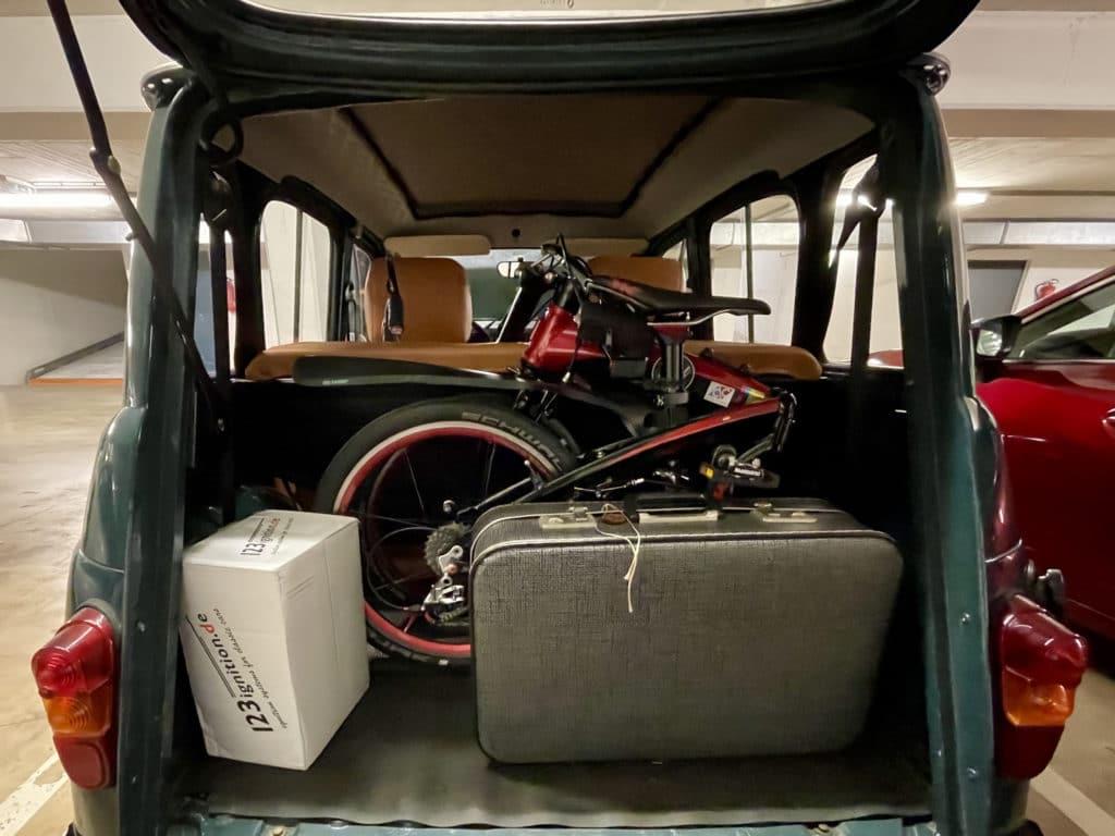 R4 mit Faltrad im Kofferraum