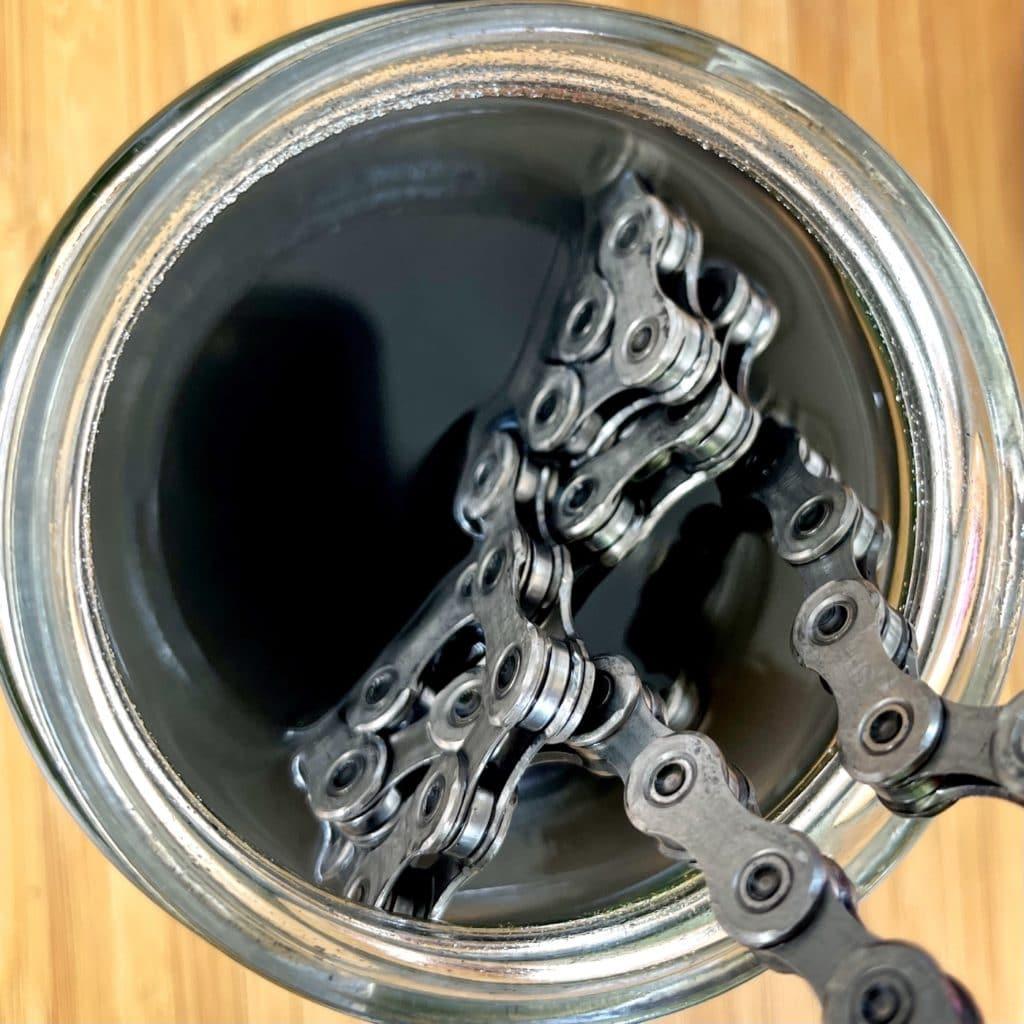 Fahrradkette nach Bad in Waschbenzin sauber